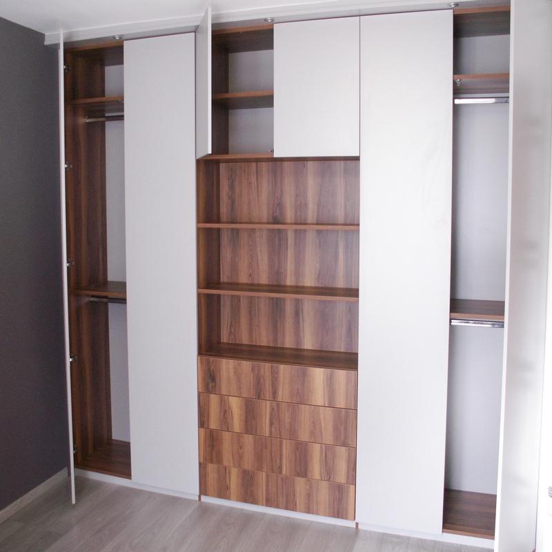 Agencement sur-mesure d'un dressing avec portes battantes et tiroirs