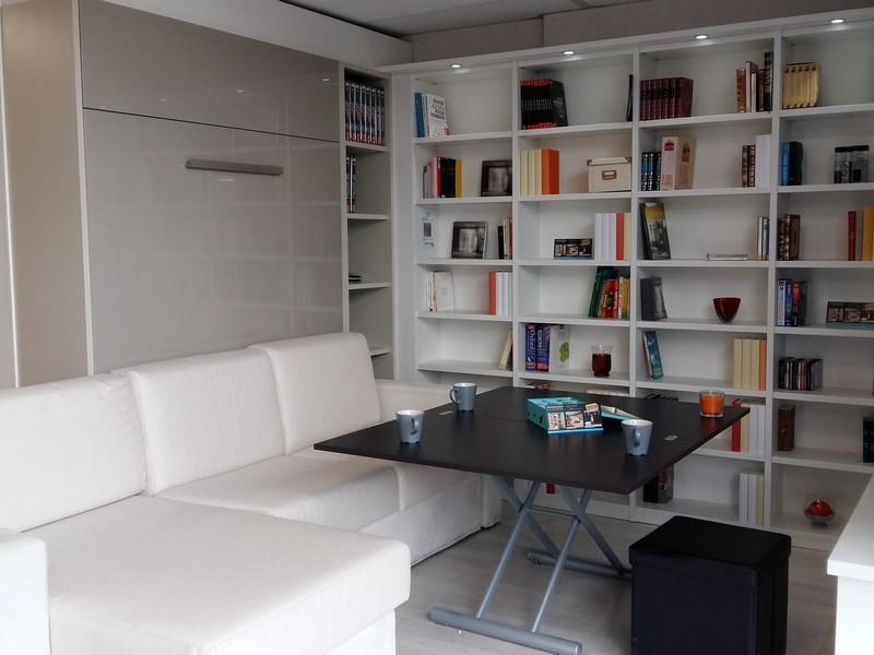 Aménagement sur-mesure avec lit escamotable et bibliothèque